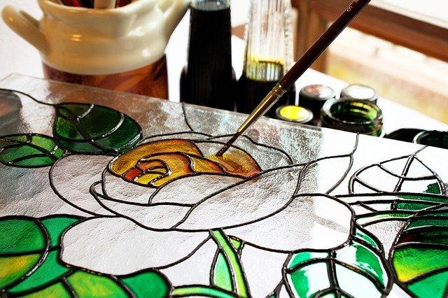 ガラスのリペイントに! 専用絵の具やガラスに絵を描く方法